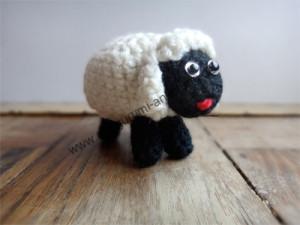 Amigurumi-Schaf Kilkenny von vorn