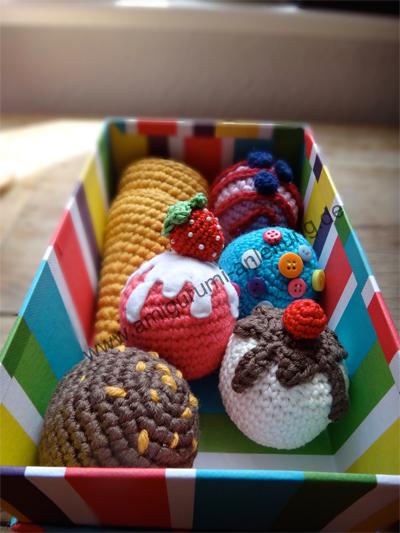 Bunte Box mit gehäkelte Eistüten und vielen Amigurumi- Eissorten