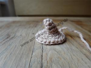 die NAse vom Amigurumi-Igel ist klein, krumm und spitz.