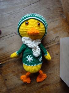 So siehr die Amigurumi-Ente aus, mit Mütze und Schal