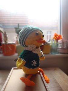 Amigurumi-Ente gehäkelt und gestrickt mit Mütze und Schal