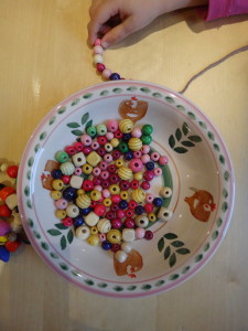 Kleinkind macht eine Holperlenkette