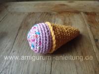 Dieses Amigurumi-Eis ist eine selbstgehäkelte Babyrassel.