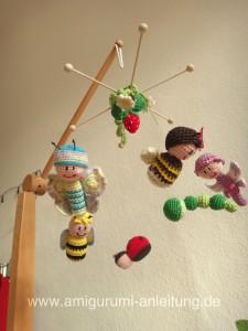 Amigurumi-Mobile mit fliegenden Insekten.